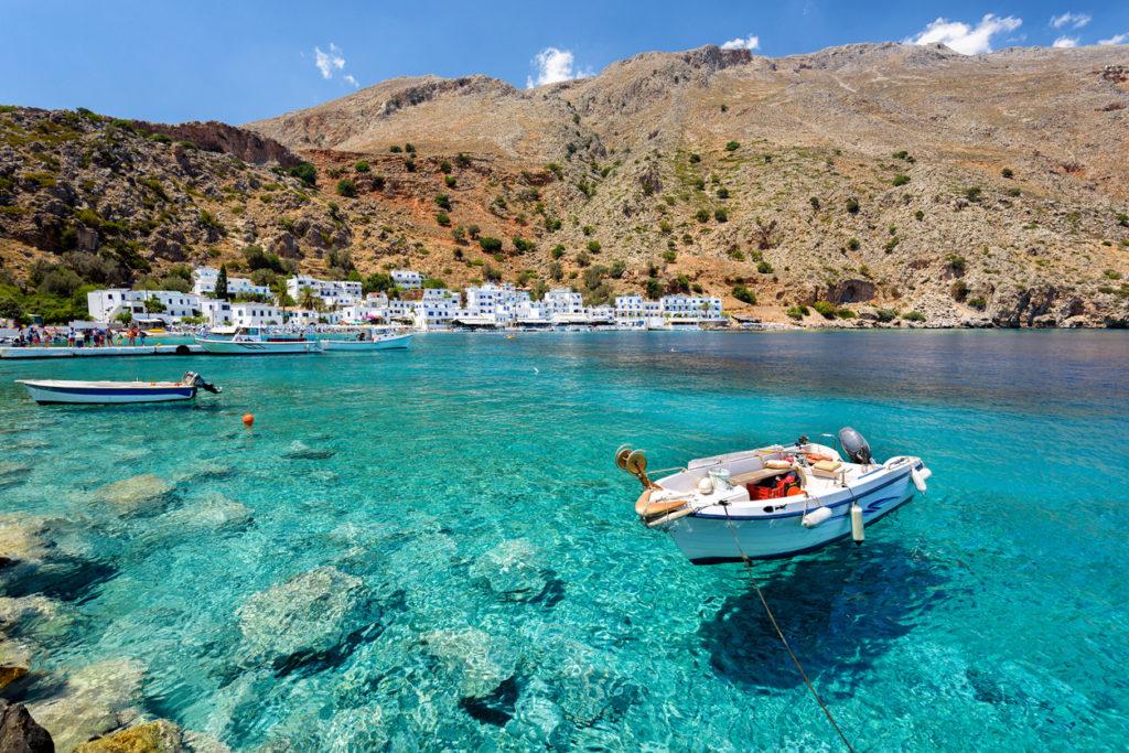 Helder blauwe zee tijdens vakantie naar Kreta